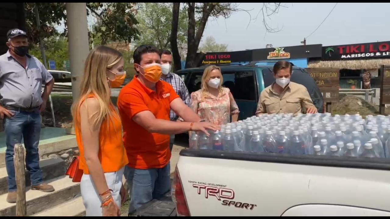 Samuel ayuda a personal que combate incendio y afectados