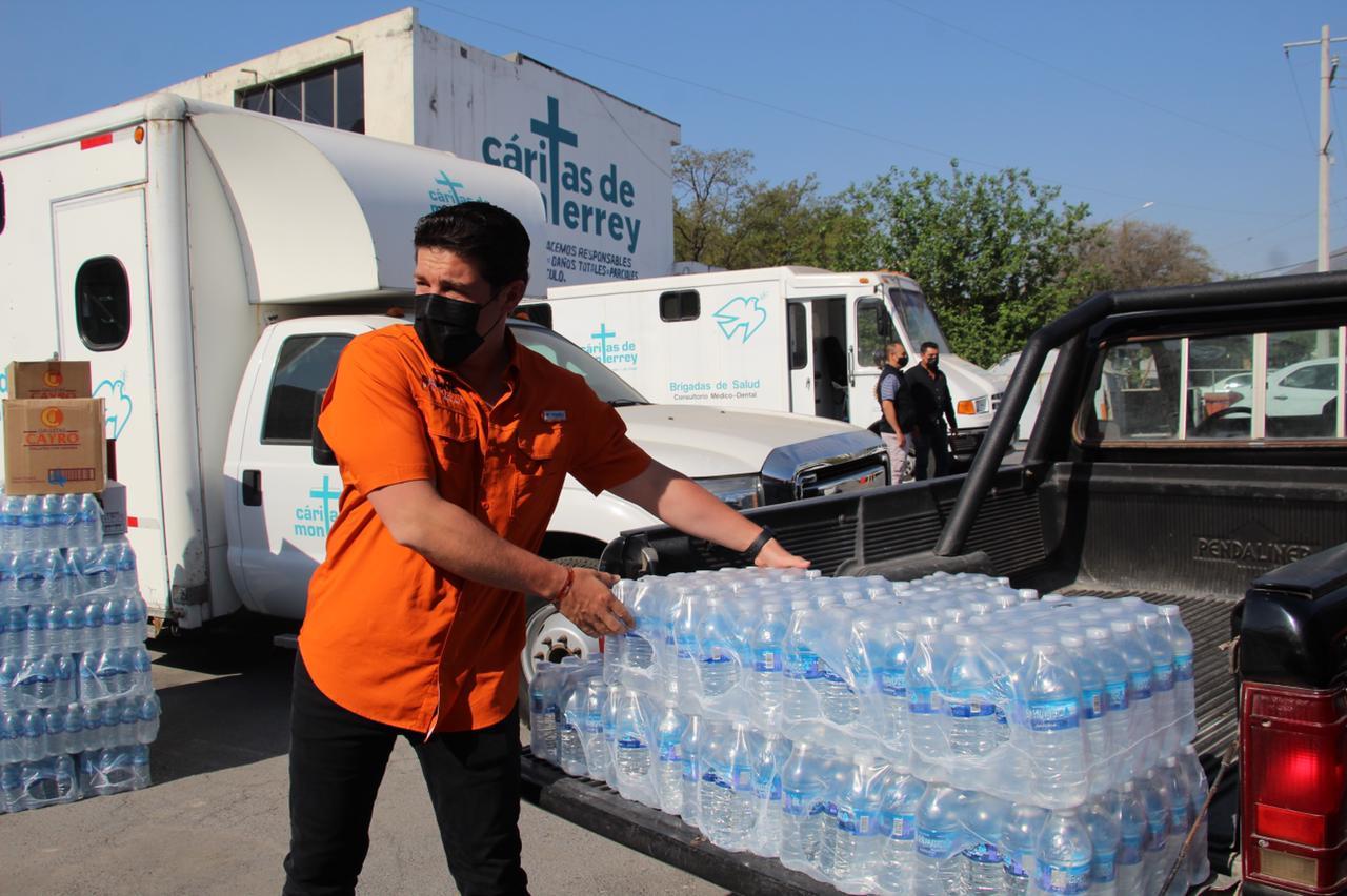 Samuel entrega donativo a Cáritas para afectados por incendios forestales